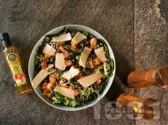 Зелена салата с бейби спанак, пържени хапки сьомга, семки и пармезан